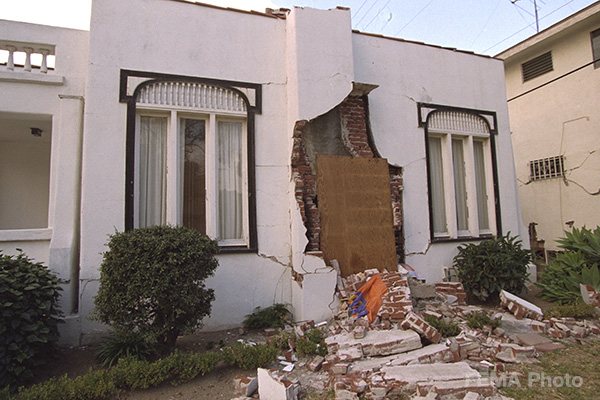 Image: house with chimney damage following earthquake shaking during the Northridge earthquake Los ANgeles